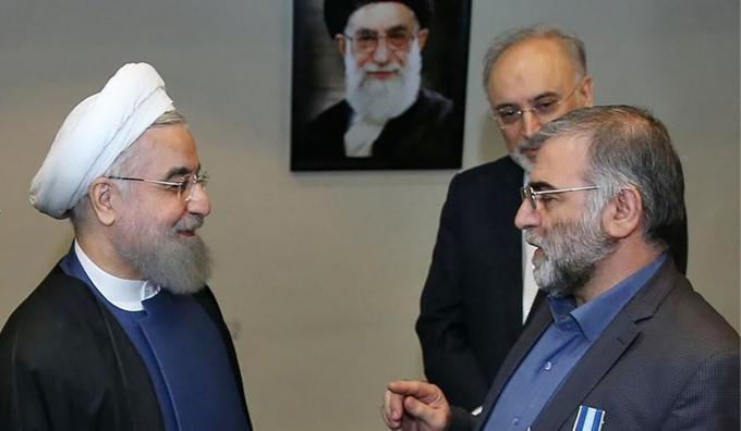 Tổng thống Iran Hassan Rowhani (trái) tại lễ trao giải cho nhà khoa học hạt nhân Iran Mohsen Fakhrizadeh (phải) ở Tehran. Ảnh: AFP.