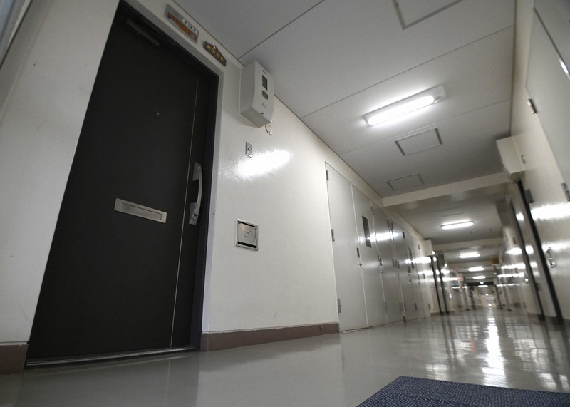 Không gian vắng lặng của tòa nhà chung cư (Minato, Osaka, Nhật Bản) nơi 2 mẹ con bị chết đói được tìm thấy. Ảnh: Mainichi.
