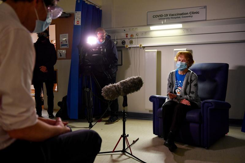 Bà Margaret Keenan, 90 tuổi, là người đầu tiên ở Vương quốc Anh được tiêm vaccine Pfizer-BioNtech COVID-19 tại Bệnh viện Đại học, Coventry. Ảnh: Reuters