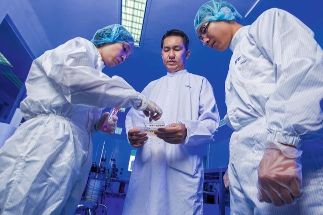 Ông Hồ Nhân (ở giữa) cho biết các loại thuốc sinh học đặc trị của công ty hiện đã được mở rộng thêm các sản phẩm điều trị bệnh thiếu máu, tăng bạch cầu để hỗ trợ bệnh nhân khi hóa trị, xạ trị, ghép tủy. Ảnh: Forbes Việt Nam
