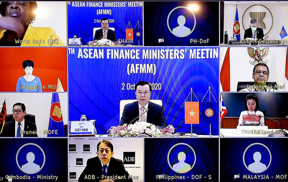 Đại diện các lãnh đạo Bộ Tài chính các nước ASEAN và định chế tài chính quốc tế thảo luận trực tuyến. Ảnh:VGP.