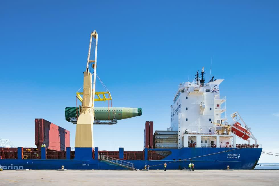 Các bộ phận được vận chuyển từ nhiều nhà máy sản xuất của Airbus tại Hamburg (Đức), Saint-Nazaire (Pháp) về hãng Airbus để lắp ráp.Ảnh: New York Times.