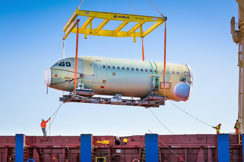 Phần thân trướcmáy bay AirbusA321CEO được vận chuyển về sau khi sản xuất tại Saint-Nazaire (Pháp).Ảnh: New York Times.