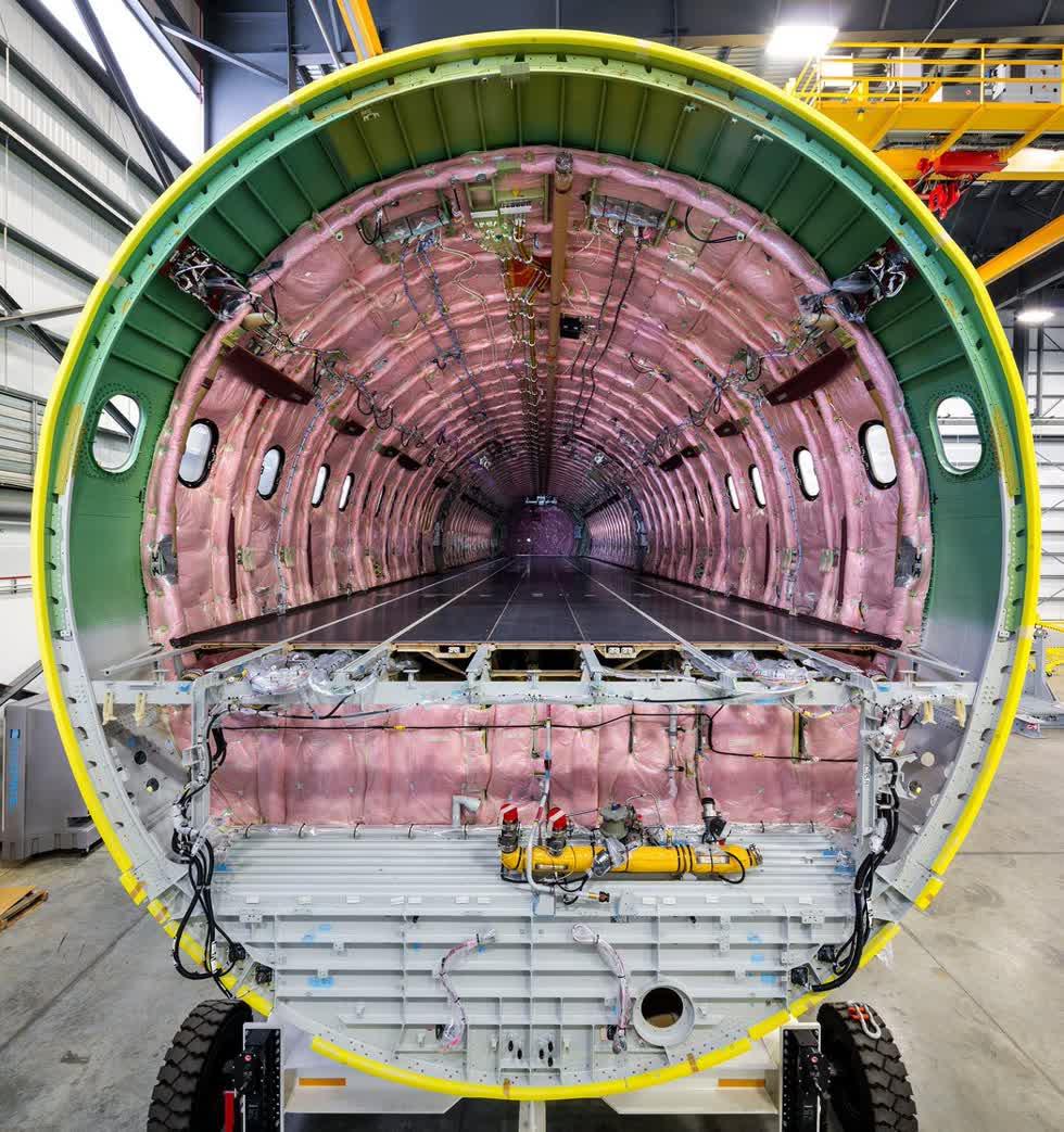 Bên trong thân máy bayAirbus A321CEO trước khi lắp đặt các bộ phận như ghế, khoang chứa hành lý, nhà bếp, nhà vệ sinh. Ảnh: New York Times.