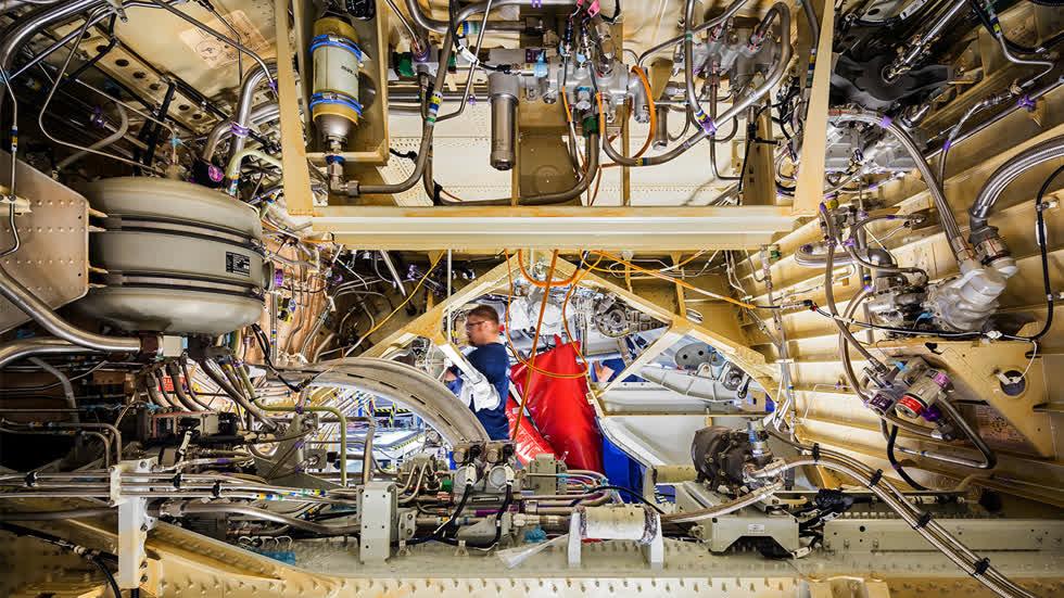 Bên trong bộ phận hạ cánh của Airbus A321CEO. Tại nhà máy Pratt & Whitney, máy bay được lắp bộ ổn định phương dọc và ngang cùng đuôi hình nón. Đây cũng là nơi các cửa cho bánh xe, radar và ăng-ten định vị được lắp đặt. Ảnh: New York Times.