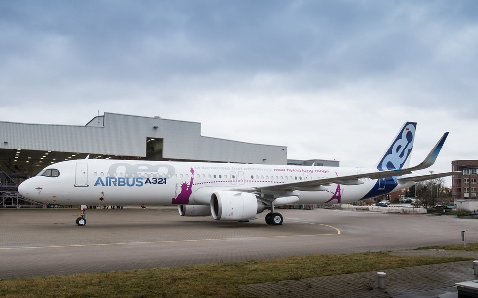 A321CEO có tầm bay tối đa là 5.550 km. Tốc độ đạt 877 km/h ở độ cao 10.668 m.Chiều dài thân máy bay là 44,51 m và sải cánh 34,1 m. Phần đuôi máy bay rất tiên tiến vì được làm bằng sợi carbon tổng hợp, cực nhẹ nhưng rất vững chắc, giúp máy bay vận hành nhẹ nhàng và ổn định hơn.Ảnh: Airbus.