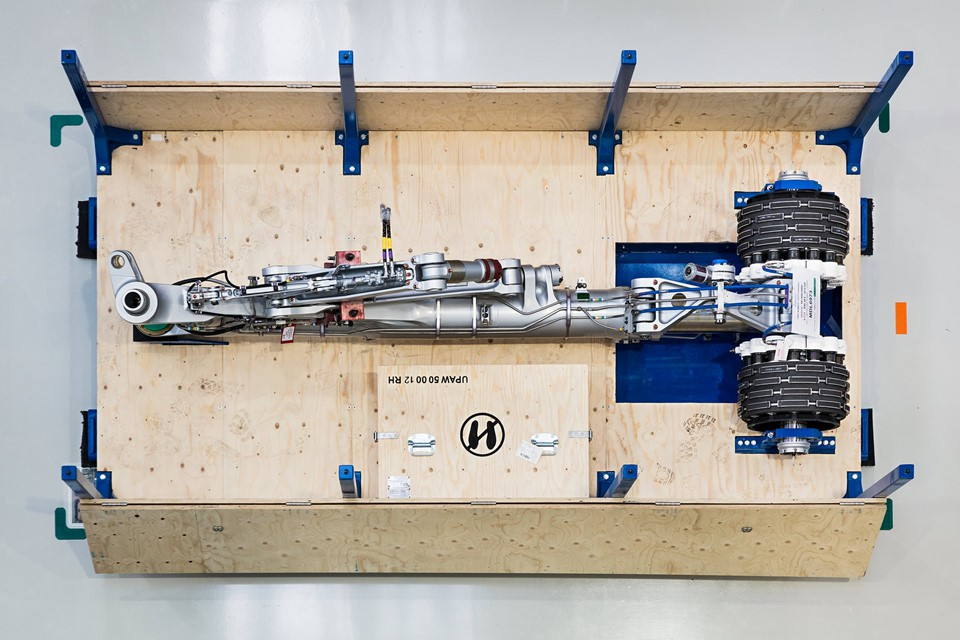 Bánh xe, một phần của bộ phận hạ cánh của máy bay Airbus A321CEO. Ảnh: New York Times.