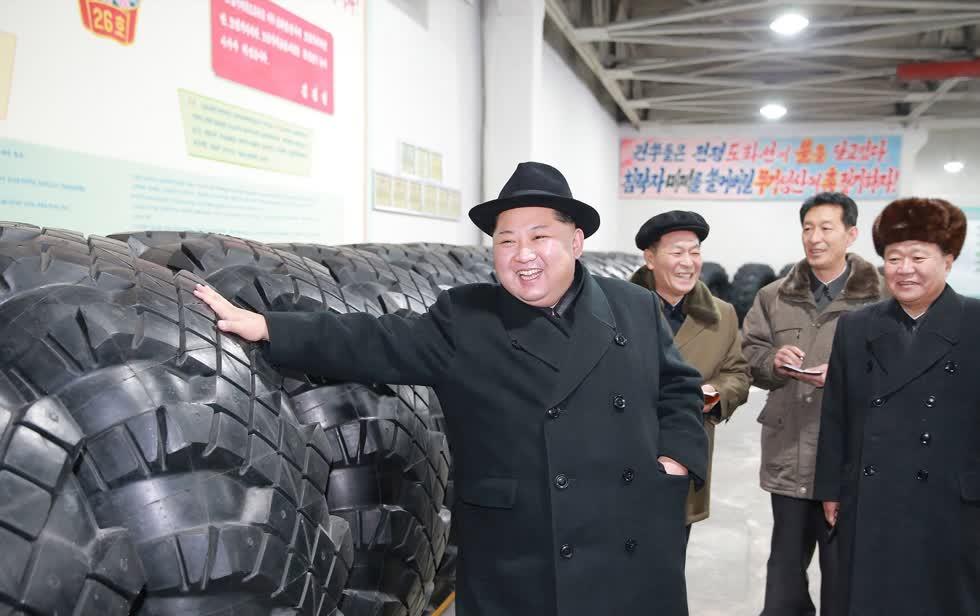 Nhà lãnh đạo Triều Tiên Kim Jong-un thăm một nhà máy sản xuất. Ảnh: AFP.