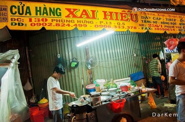 Bán từtừ 6h30 chiều đến 12h đêm, xe hàuchiênPhùng Hưng luôn chật kín khách đủ lứa tuổi.