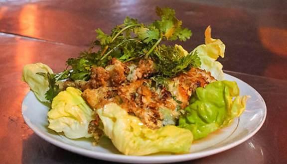 Một dĩa cơ bản được tầm một miếng rưỡi mảng hàu. Nhiều khách quen đến muốn ăn nhiều hơn cũng có thể gọi hai miếng, ba miếng tùy sức ăn.