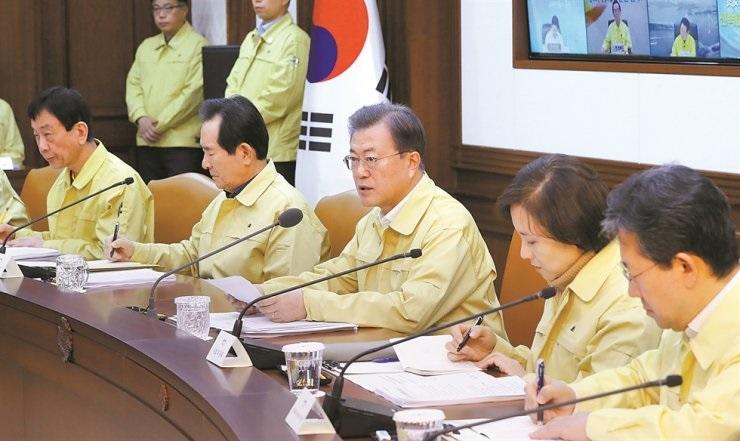 Tổng thống Hàn Quốc Moon Jae-in phát biểu tại một cuộc họp liên cơ quan về COVID-19 tại Khu liên hợp chính phủ Seoul hôm nay trong bối cảnh xác nhận hàng trăm trường hợp nhiễm virus corona mới vào cuối tuần qua. Ảnh: Yonhap.