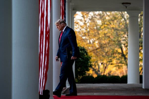 Tổng thống Mỹ Donald Trumpđang xem xét rời Nhà Trắngbằng chuyến bay Không lực Một cuối cùng. Ảnh: The New York Times
