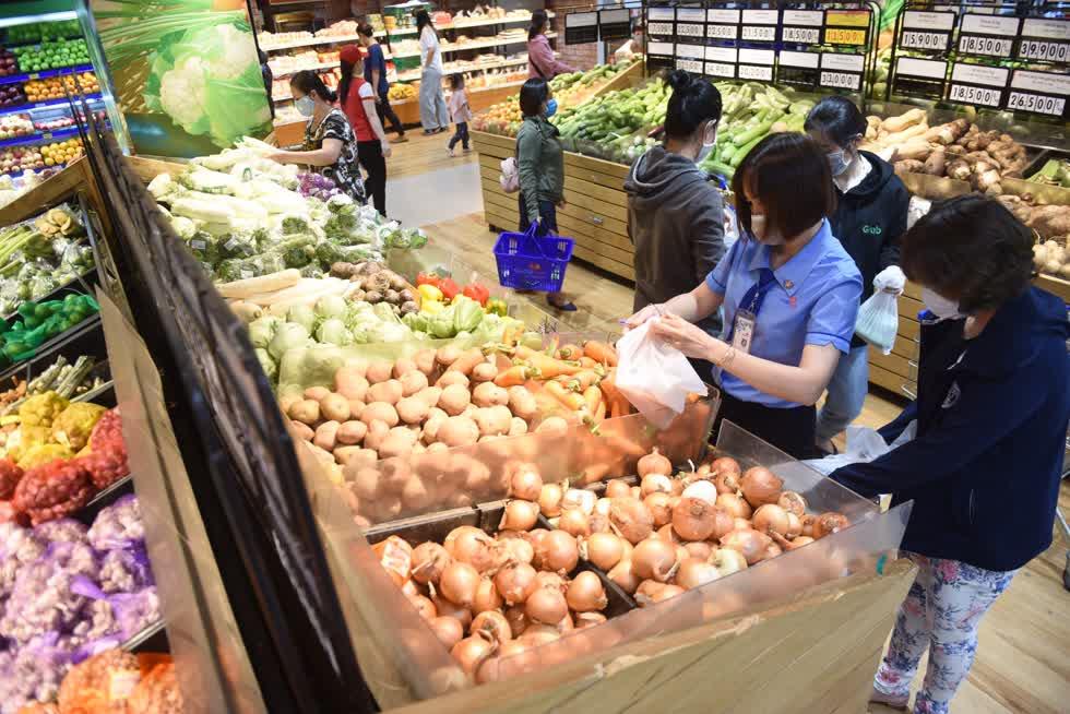 Hệ thống siêu thị Co.opmart tăng trữ lượng để đảm bảo hàng hóa không thiếu hụt hoặc tăng giá dịp Tết.