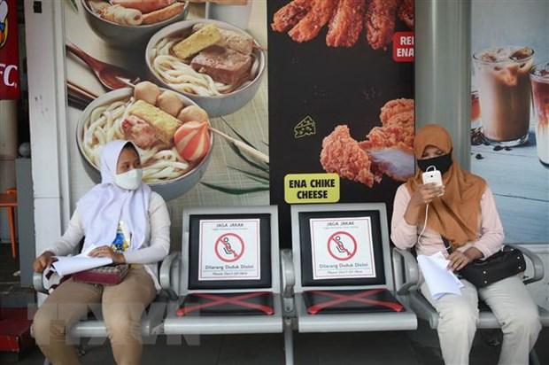 Người dân đeo khẩu trang phòng lây nhiễm COVID-19 tại Jakarta, Indonesia. (Ảnh: TTXVN