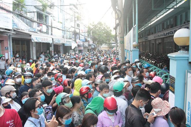 Cảnh chen lấn  mua khẩu trang y tế  tại chợ thuốc lớn nhất TP.HCM sáng 16/2/2020.