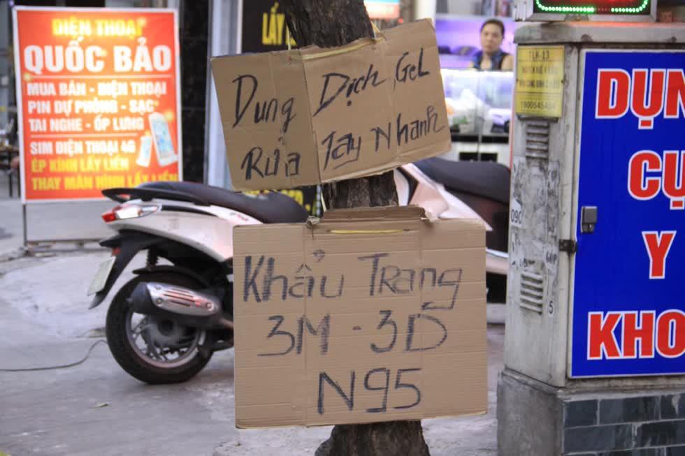 Một tiệm bán dụng cụ y tế trên đường Nguyễn Kiệm (Gò Vấp) treo bảng bán khẩu trang 3D với giá 15.000 đồng/cái.