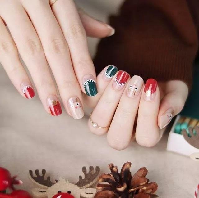 Bạn cóc thể học theo mẫu nail Noel tươi vui, ngộ nghĩnh này.