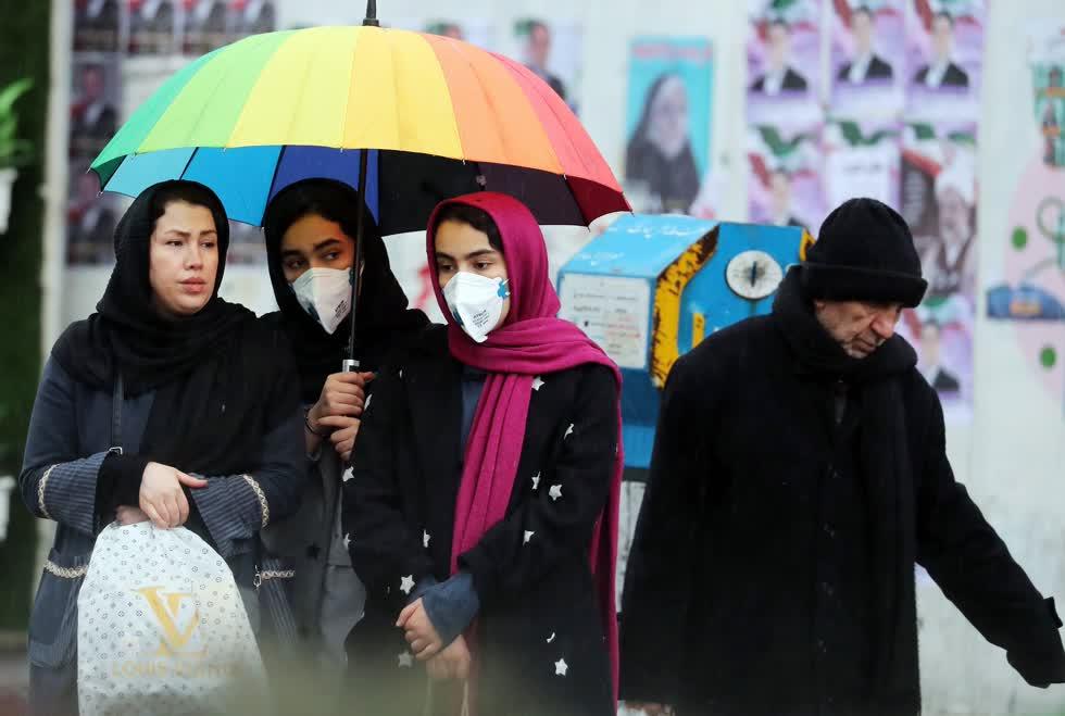 Một học sinh mang khẩu trang trên đường phố Tehran.