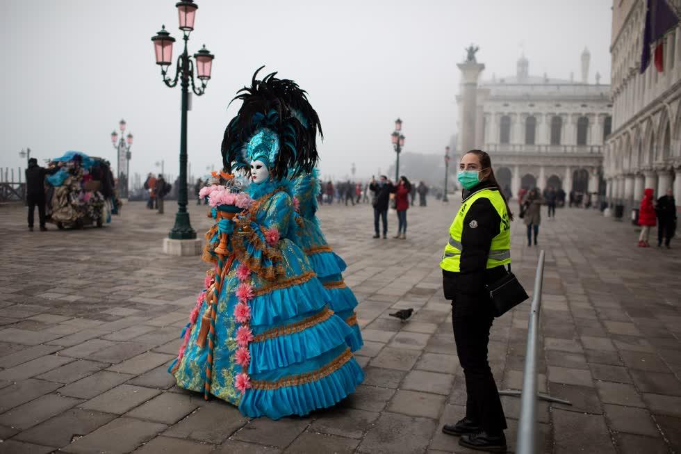 Quảng trường San Marco ở Venice vắng khách du lịch khi nhà chức trách báo cáo co 2 trường hợp tử vong do virus corona.