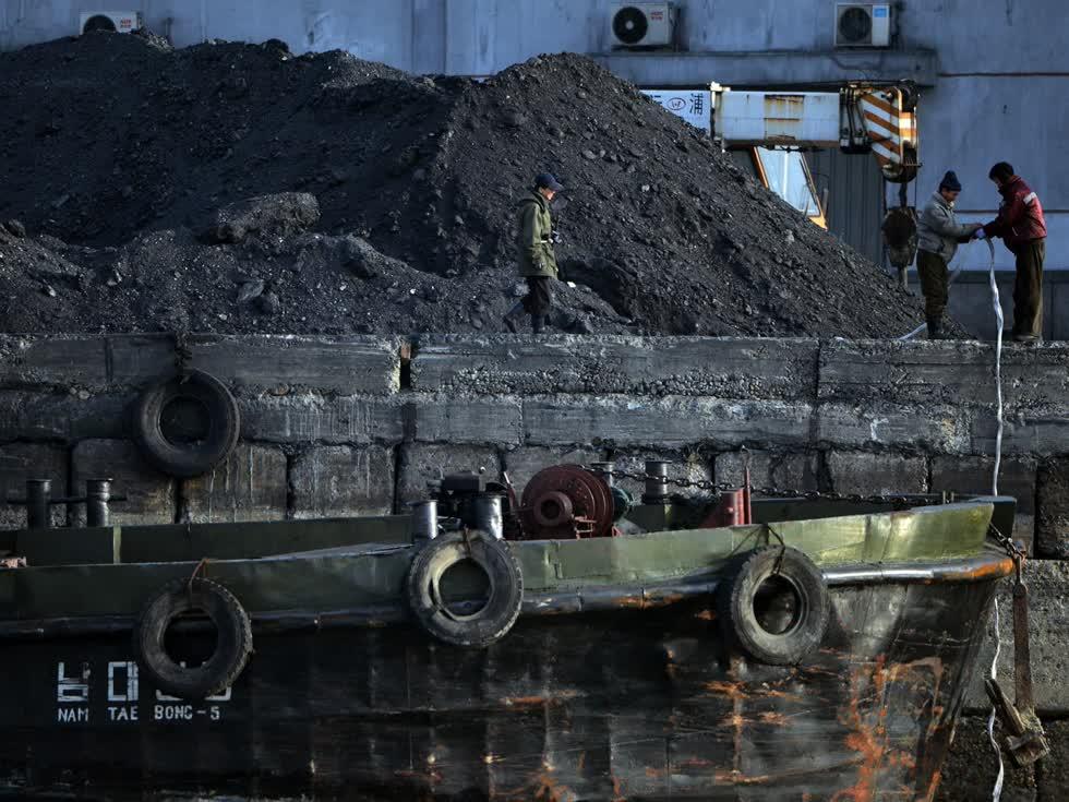 Than là một trong những loại khoáng sản xuất khẩu quan trọng của Triều Tiên. Ảnh: CND.