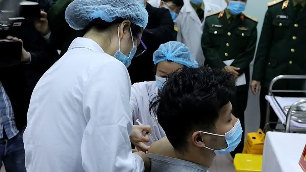 Những người tình nguyện đầu tiên tiêm vaccineCOVID-19 có sức khoẻ ổn định.