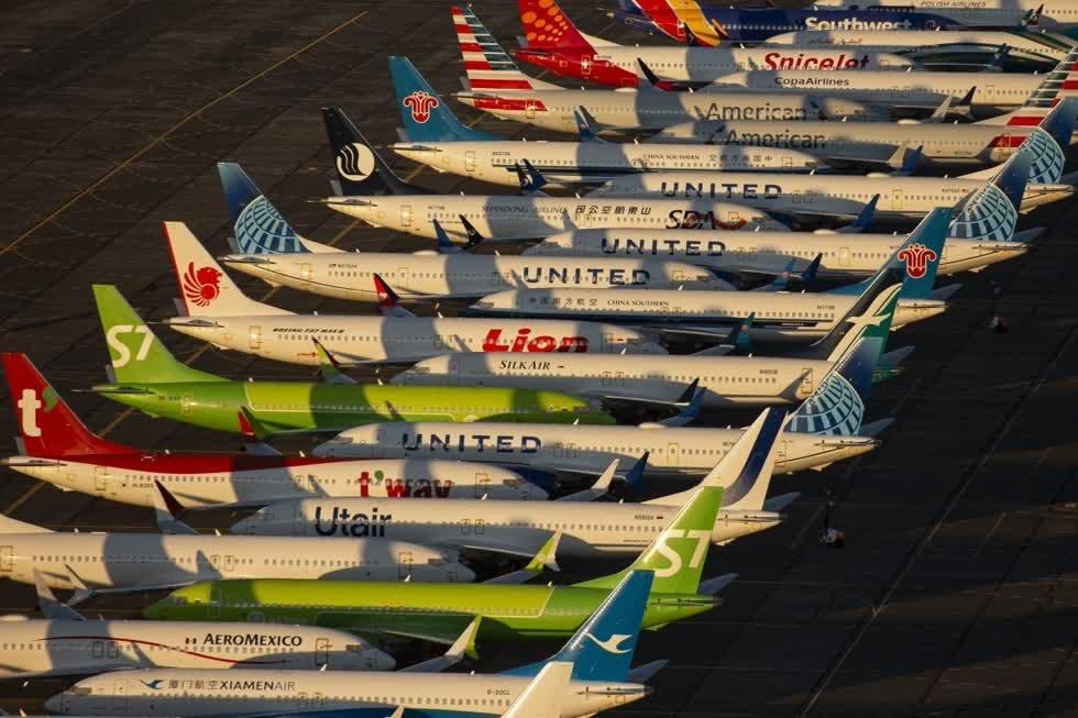 Trong khi đó, hàng loạt máy bay của Boeing bị ngưng cất cánh. Các hãng hàng không đang đau đầu tìm biện pháp thay thế.