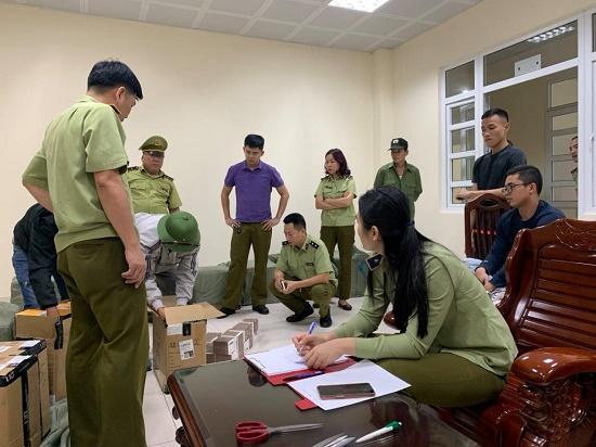 Lực lượng chức năng kiểm tra sốthuốc lá điện tử bị phát hiện. Ảnh: QLTT Quảng Ninh