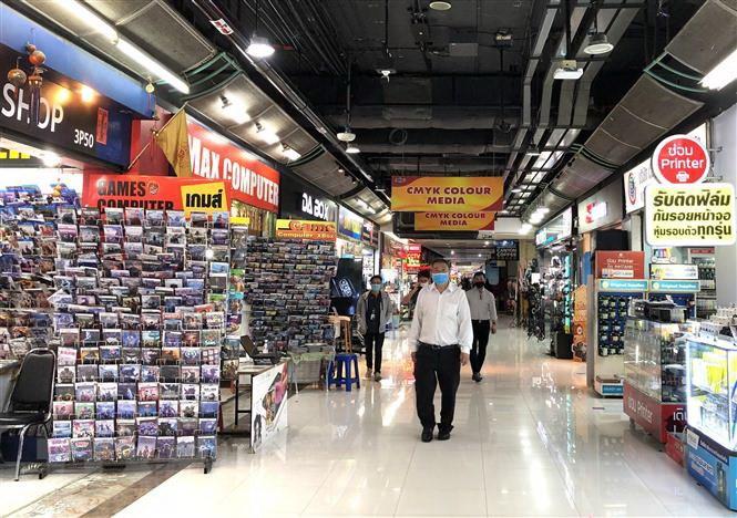 Người dân thủ đô Bangkok, Thái Lan, đi mua sắm sau khi các biện pháp phong tỏa phòng chống COVID-19 được nới lỏng. Ảnh:TTXVN