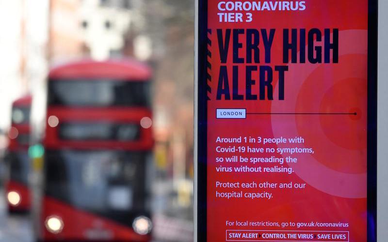 Biển thông tin cảnh báo của chính quyền về các biện pháp hạn chế mới tại London trong bối cảnh dịch Covid-19 lây lan tại Anh. Ảnh: Reuters