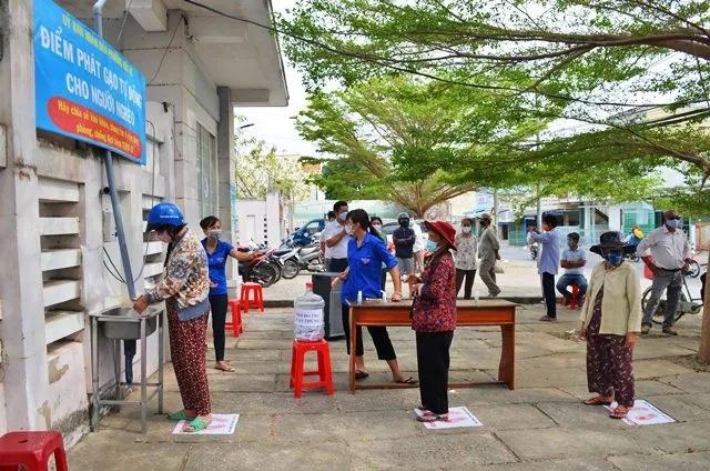 Điểm phát gạo tự động được đặt trước trụ sở UBND phường Mũi Né, TP Phan Thiết (Bình Thuận). Ảnh:NDĐT
