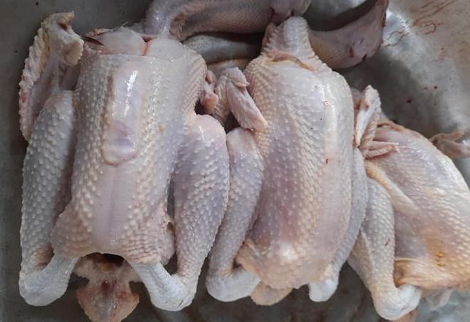 Theo một số tiểu thương, do ảnh hưởng của dịch COVID-19 nên giá gà đang giảm mạnh.