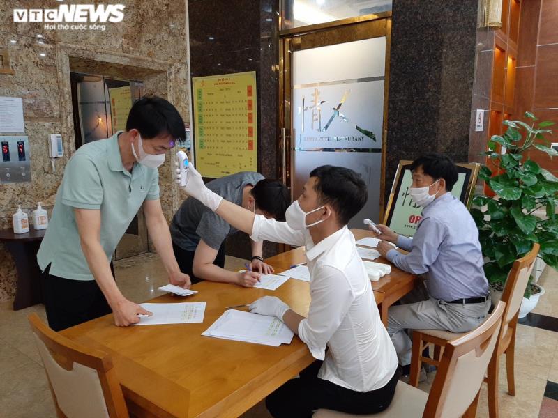 Kiểm tra thân nhiệt đối với chuyên gia Hàn Quốc làm việc tại Công ty TNHH Samsung Bắc Ninh. Ảnh: VTC news.