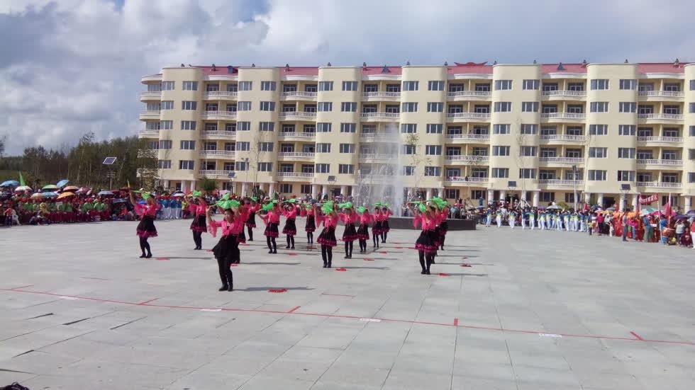 Người dân biểu diễn điệu múa dân gian nổi tiếng Yangko tại quảng trường của thị trấn. Ảnh: China Daily.
