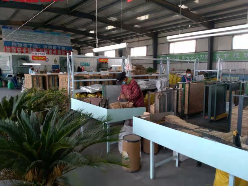 Người dân tại một nhà máy sản xuất bút chì ởthị trấn Yuanbao, huyện Thượng Chí, thành phố Cáp Nhĩ Tân, tỉnh Hắc Long Giang. Ảnh:China Daily.