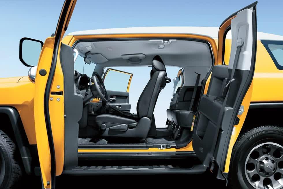 Toyota FJ Cruiser 2020 sở hữu thiết kế đậm chất cổ điển và gần như không thay đổi sau 14 năm, điển hình là thiết kế cửa mở ngược của mẫu SUV cỡ trung này.