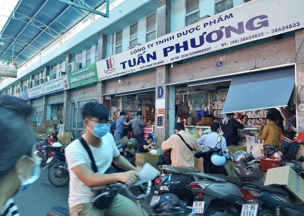 Cửa hàng kinh doanh thiết bị y tế trên đường Tô Hiến Thành (Quận 10)sôi động trở lại.