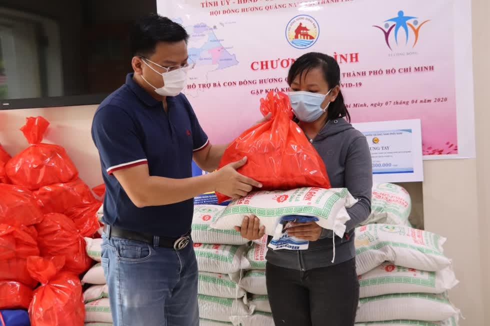 Một phần quà bao gồm 1 thùng mì gói, 10kg gạo và 1 triệu đồng tiền mặt.Qua ba đợt trao quà, đến nay đã có hơn 170 bà con nhận được quà. Ảnh: Tri Thức