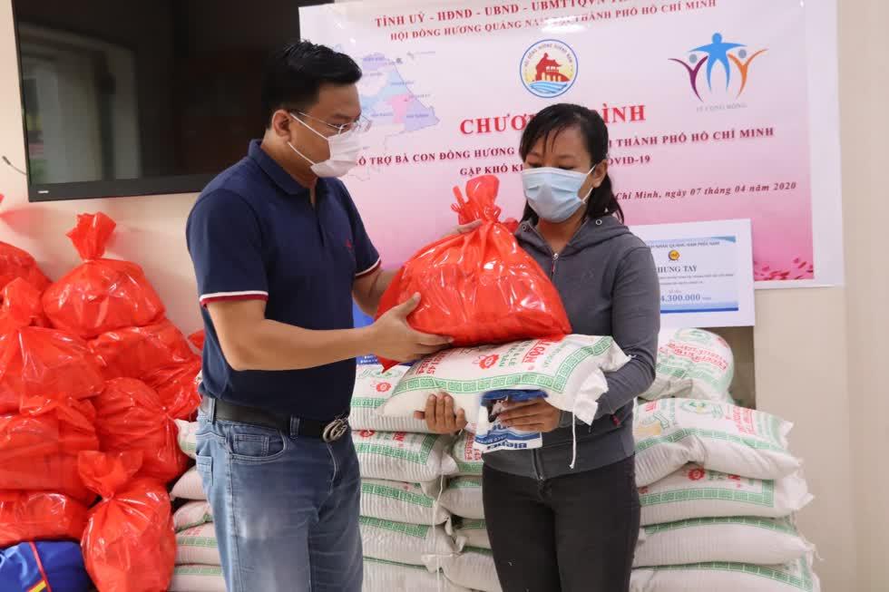 Hộiđồng hương cho biết, tổng giá trị các phần quà Hội nhận được tính đến ngày 10/4 là hơn 500 triệu đồng tiền mặt, 2 tấn gạo và 200 thùng mì gói.Ảnh: Tri Thức