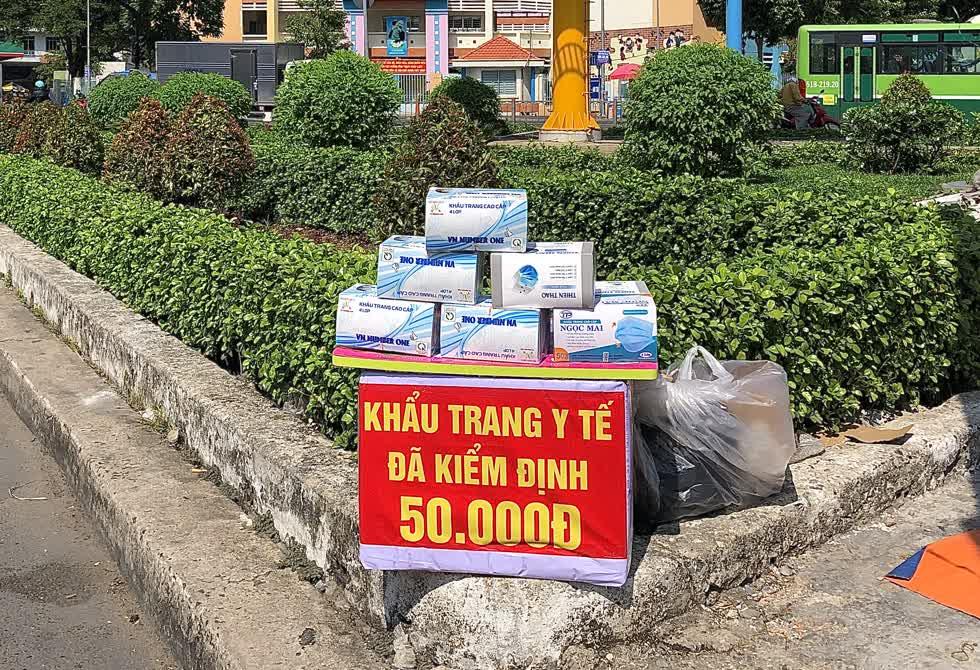 Khẩu trang y tế được bán với giá từ 45.000 - 50.000 đồng/hộp/50 cái trên các vỉa hè tại TP.HCM.