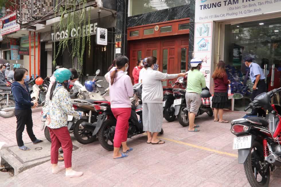 Rất nhiều bà con quê hương Quảng Nam làm ăn sinh sống tại bị mất thu nhập trong đại dịch COVID-19.Họ làm đủ công việc như bán vé số, lao động phổ thông, giáo viên mầm non, học sinh sinh viên...không có điều kiện về quê.Ảnh: Tri Thức