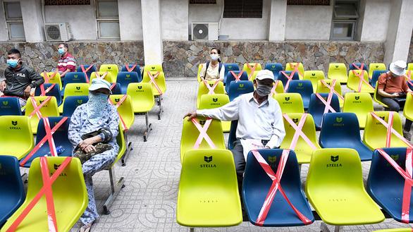 Bệnh viện Thống Nhất (TP.HCM) căng dây các ghế ngồi để giữ khoảng cách an toàn giữa các bệnh nhân. Ảnh: Tuổi Trẻ