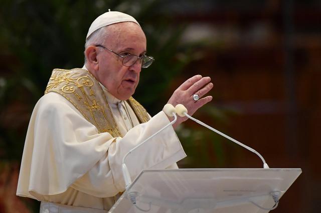Chỉ có một số ít quan chức Vatican trực tiếp tham dự buổi thánh lễ của Giáo hoàng trong nhà nguyện. Ảnh:REUTERS.