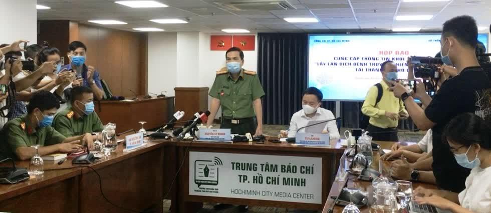 """Buổi họp báo cung cấp thông tin  khởi tố vụ án hình sự  """"Lây lan dịch bệnh truyền nhiễm nguy hiểm cho người"""" tại TP.HCM trưa 3/12.Ảnh: VGP"""