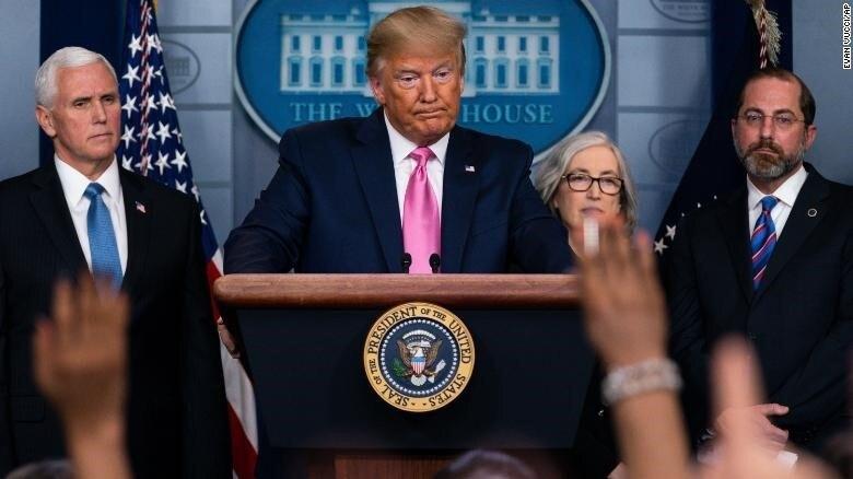 Ông Trump họp báo ở Nhà Trắng.
