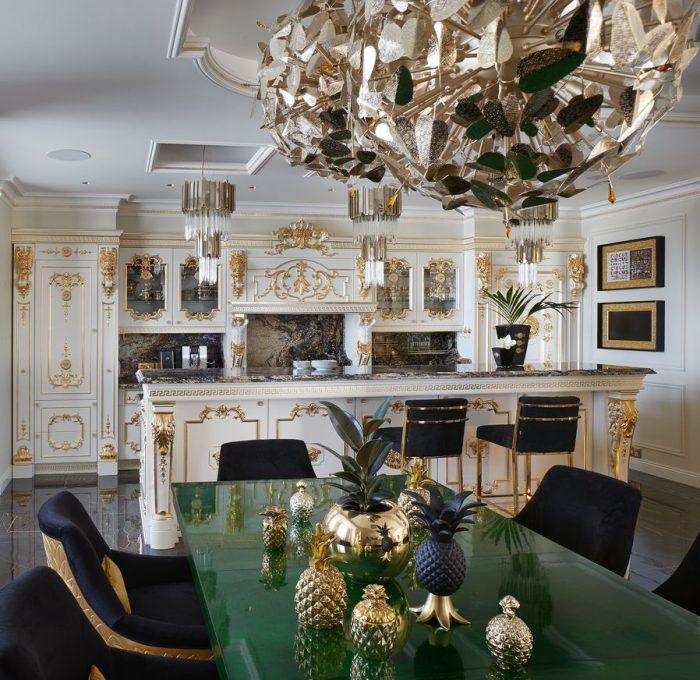 Ghế vàng, tủ vàng, đèn chùm vàng, gương vàng, tất cả đúc bằng vàng... giám đốc của Rạp xiếc Hoàng gia Nga, Giya Eradze, dường như đánh giá cao cuộc sống mạ vàng.Và trong khi ông được chú ý ở Nga với phong cách Tân cổ điển Mỹ.