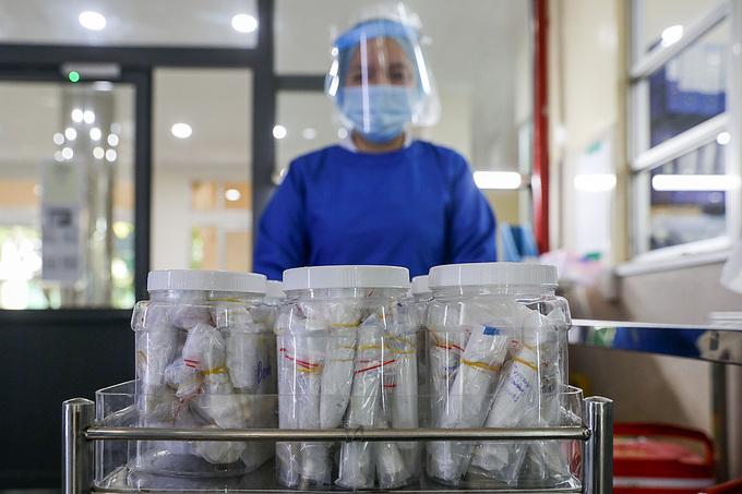 Bác sĩ Bệnh viện Nhiệt đới TP HCM xét nghiệm mẫu bệnh phẩm của những người nghi nhiễm  Covid -19. Ảnh:Quỳnh Trần/ VnExpress
