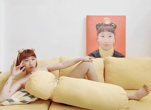 Cũng dùng gối làm váy, nhưng Trang Hý và Diệu Nhi khác biệt hoàn toàn khi dùng gối ôm tạo thành một chiếc váy dài khiến cộng đồng mạng vô cùng thú vị.