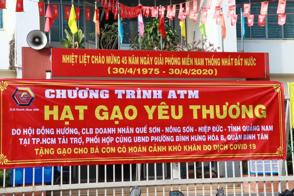 Theo tìm hiểu của CLB,phường Bình Hưng Hòa B,quận Bình Tân là nơi có nhiều bà con quê hương Quảng Nam sinh sống. Chương trình tặng quà cho tất cả bà con khó khăn, không riêng gì bà con Quảng Nam.Ảnh: Tri Thức