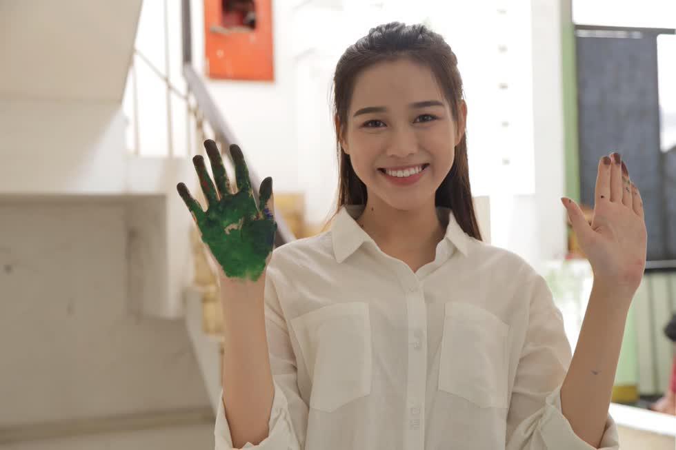 Xa quê Thanh Hóa ra Hà Nội học đại học, cô từng cho biết phải tiết kiệm chi tiêu để đỡ đần cha mẹ.
