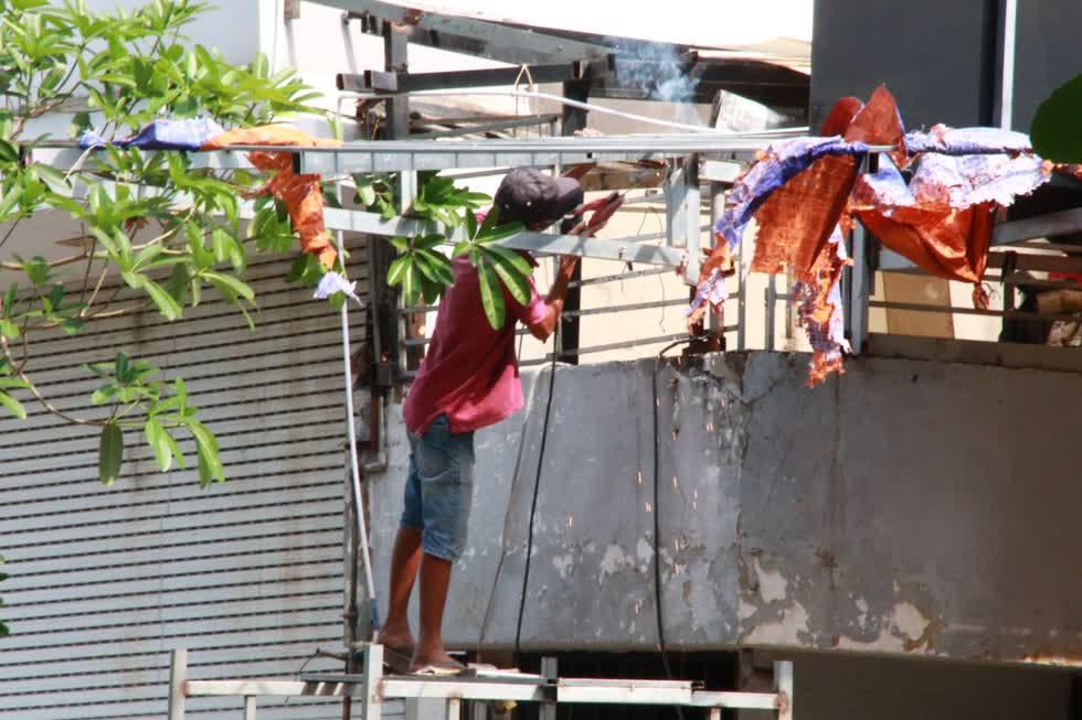 Một cửa hàng trên đường Vũ Huy Tấn, Phú Nhuận sáng nay vẫn đang sửa sang lại mái hiên.Ảnh: Tri Thức